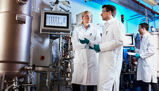 Production of bio-aniline in the laboratory: the Covestro team with Dr. Gernot Jäger (center), Dr. Swantje Behnken and Dr. Wolf Kloeckner. © Covestro