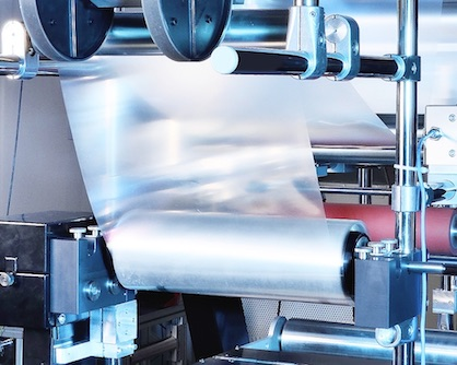 Roll-to-roll processes are used in a wide variety of production processes. In the R2R-Net network, partners from research and industry are driving forward the climate-friendliness of the processes © Fraunhofer IAP, Photo: Armin Okulla