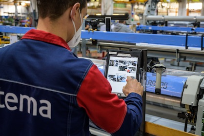 A phase of the manufacturing of the Itema weaving machines in the Colzate plant. The operators, through tablets and scanners, have all the data of the machine assembly according to the principles of industry 4.0 (c) 2021 Itema Group