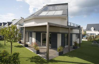 Built in 2011, France s first Multi-Comfort House is both low-energy consuming and positive-energy. It produces more energy than it consumes through the use of high-performance materials from 15 Saint-Gobain brands (c) 2017 Saint-Gobain
