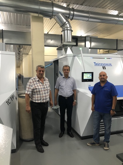 """""""Cards are the beating heart of the spinning mill,"""" says Bülent De?irmencio?lu (pictured in the middle). """"We know we've made the right choice with the TC 19i for man-made fibers because it's taking our superior quality to the next level – while also cutting waste, reducing energy consumption and saving labor costs."""" (c) 2020 Truetzschler"""