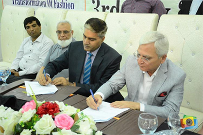 Prof. Dr. Fazal Ahmed Khalid, Vice Chancellor UET, Lahore and Mujtaba Rahim, CEO Archroma Pakistan signing the MoU between the two institutions. (Photo: Archroma)