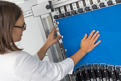 The new HOSYcan testing device for measuring the compression effect of textiles. Picture: © Hohenstein Group