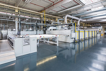 The new six-chamber Montex unit is combined with a washing machine to guarantee the purity of the substrates. (c) 2020 Monforts