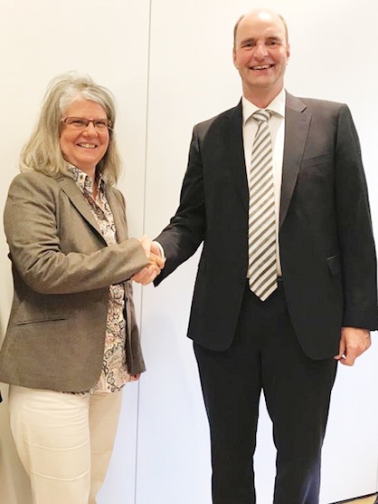 Angelika Huemer, Managing Partner of Starlinger & Co. GmbH, and Georg Stausberg, CEO of the Oerlikon Manmade Fibers Segment (c) 2018 Oerlikon
