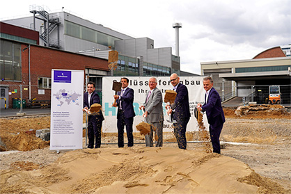 Ground-breaking ceremony for the extension of the flat die production at the Troisdorf site: Ralf Pampus, Head of Operations of Reifenhäuser Extrusion Systems, Bernd Reifenhäuser, CEO of Reifenhäuser Group, Klaus-Werner Jablonski, Mayor of Troisdorf, Uwe Gaedike, Managing Director of Reifenhäuser Extrusion Systems, Dirk Niehsen, Habau GmbH (left to right). (c) 2019 Reifenhäuser