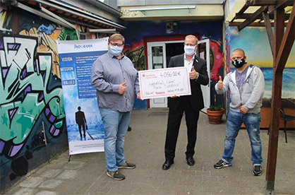 © Trevira GmbH: Handing over the donation to the Comet Youth Club