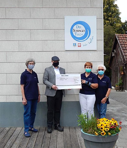© Trevira GmbH: A cheque is presented to the head of 'Bobingen Tisch'