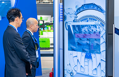 Impressed visitors in front of the new card TC 19i (c) 2019 Truetzschler